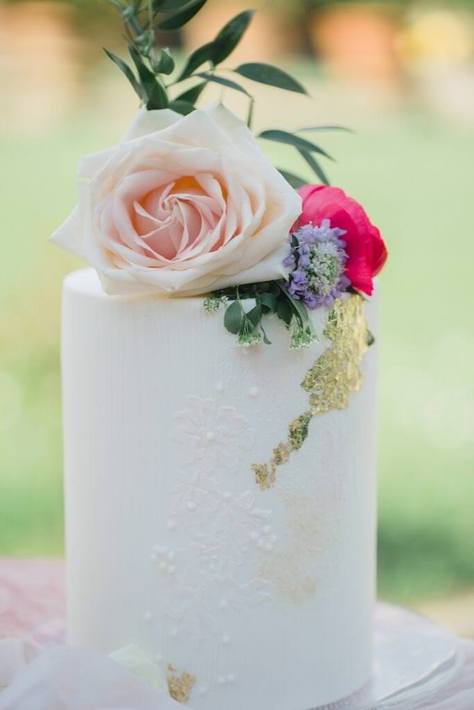 single tier wedding cake for outdoor wedding in Tuscany planned by luxury wedding planner UK, Kimberley Rose Designs